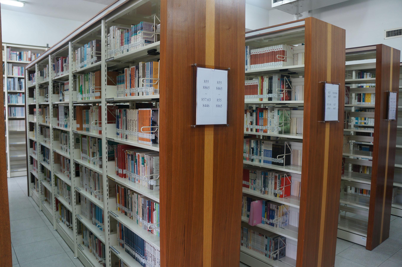元智中語系圖書館陳列架
